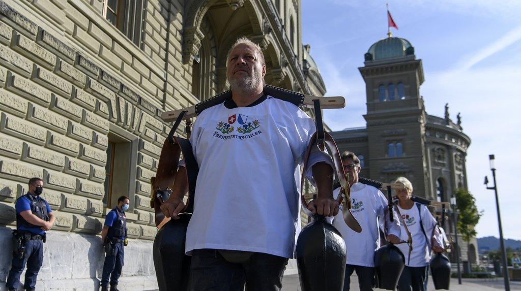 Des Freiheitstrychler étaient présents lors de la remise de la pétition à Berne ce mardi.