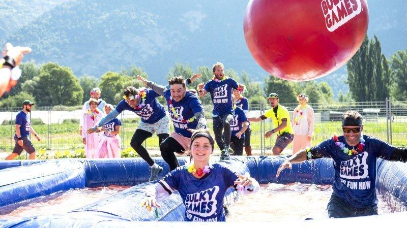 Des participants aux Bulky Games tentent de franchir l'obstacle «The Flying Balls».