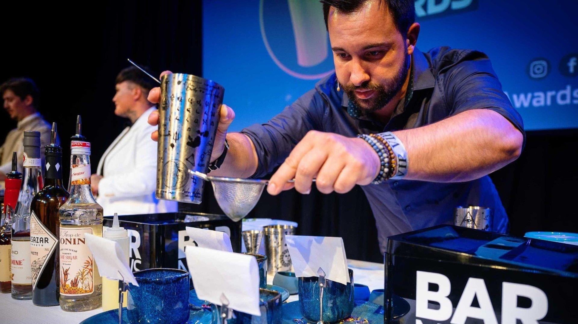 Le Fribourgeois Victor Topart sacré meilleur barman de Suisse 2021 grâce à un cocktail concocté à partir de la Williamine Morand.