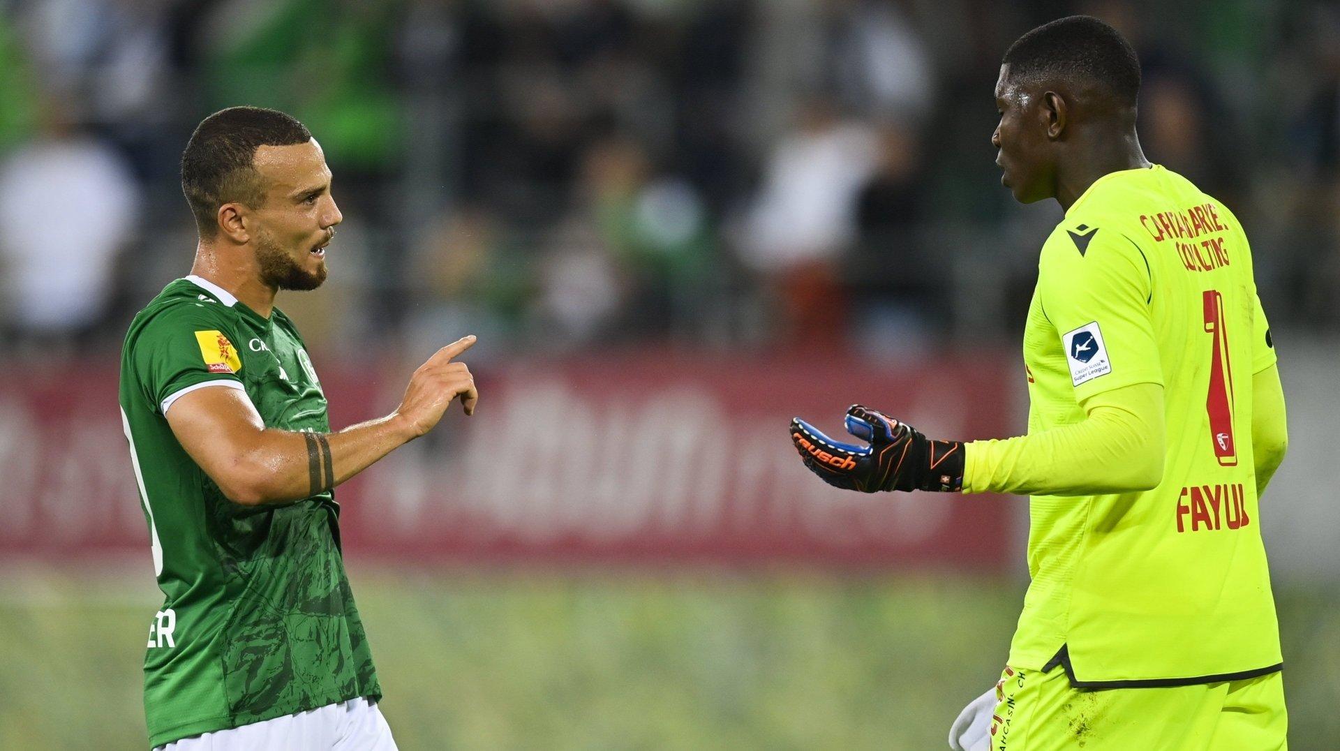 Timothy Fayulu et Nicolas Lüchinger se parlent à l'issue du match entre le FC Sion et le FC Saint-Gall.