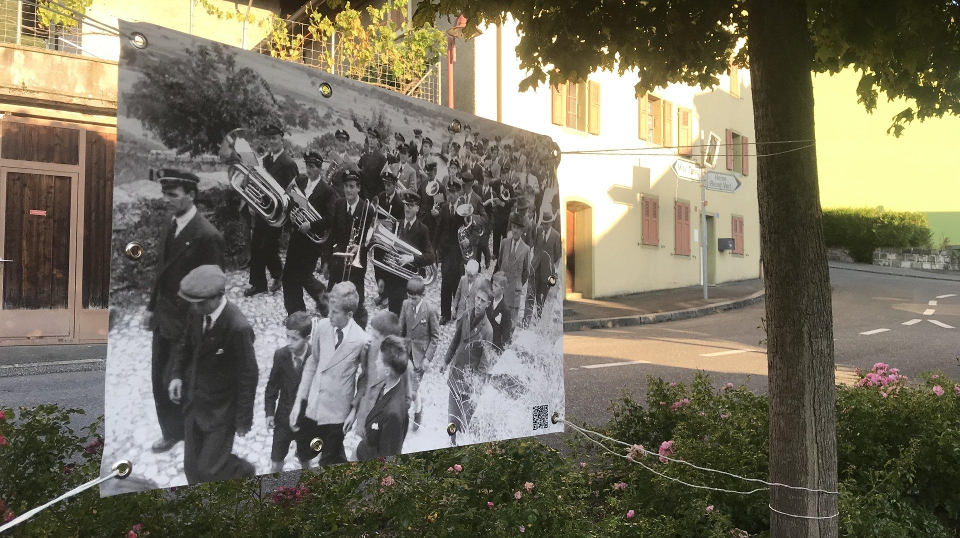 Les photos anciennes mettent aussi en lumière des traditions et des événements locaux.