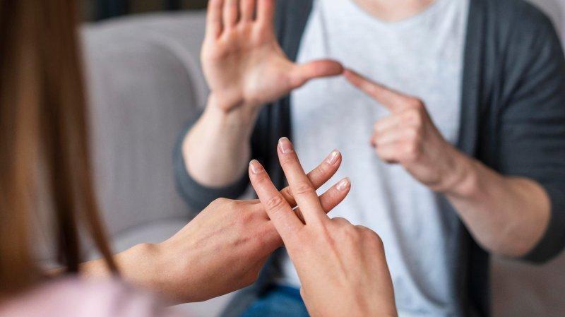 Constitution: la langue des signes réclame une meilleure reconnaissance en Valais