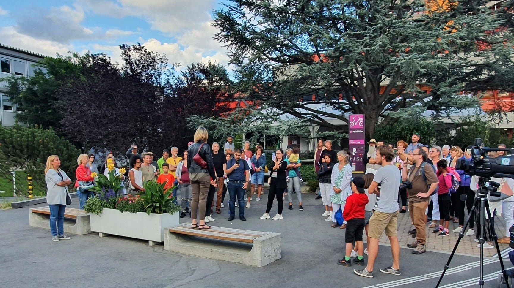Sion: manifestation contre le pass sanitaire devant l'hôpital de Sion