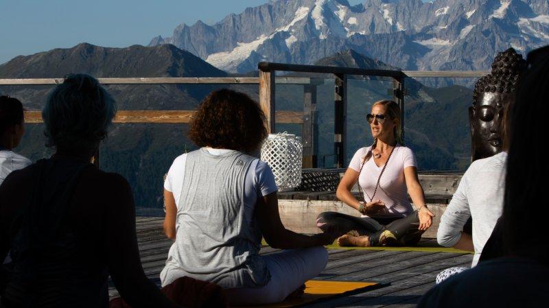 Le festival est l'occasion de pratiquer le yoga dans un cadre naturel, au milieu des montagnes.