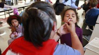 Nouvelle arme contre le coronavirus: arrivée prometteuse de vaccins administrés par spray nasal