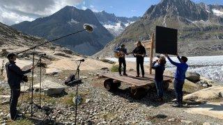 Une Valaisanne filme le radeau de Stephan Eicher au glacier d'Aletsch