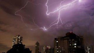 Orage sur Panama City, le pape en Slovaquie, exercice anti-terrorisme en Chine: la galerie photos du 15 septembre 2021