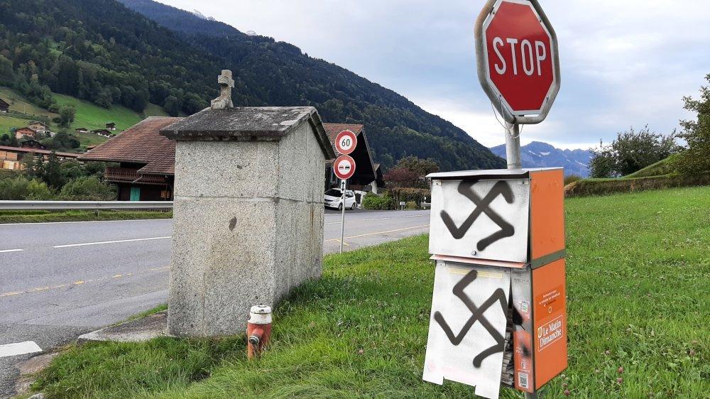 La caissette est située en bordure de route cantonale de la vallée d'Illiez.