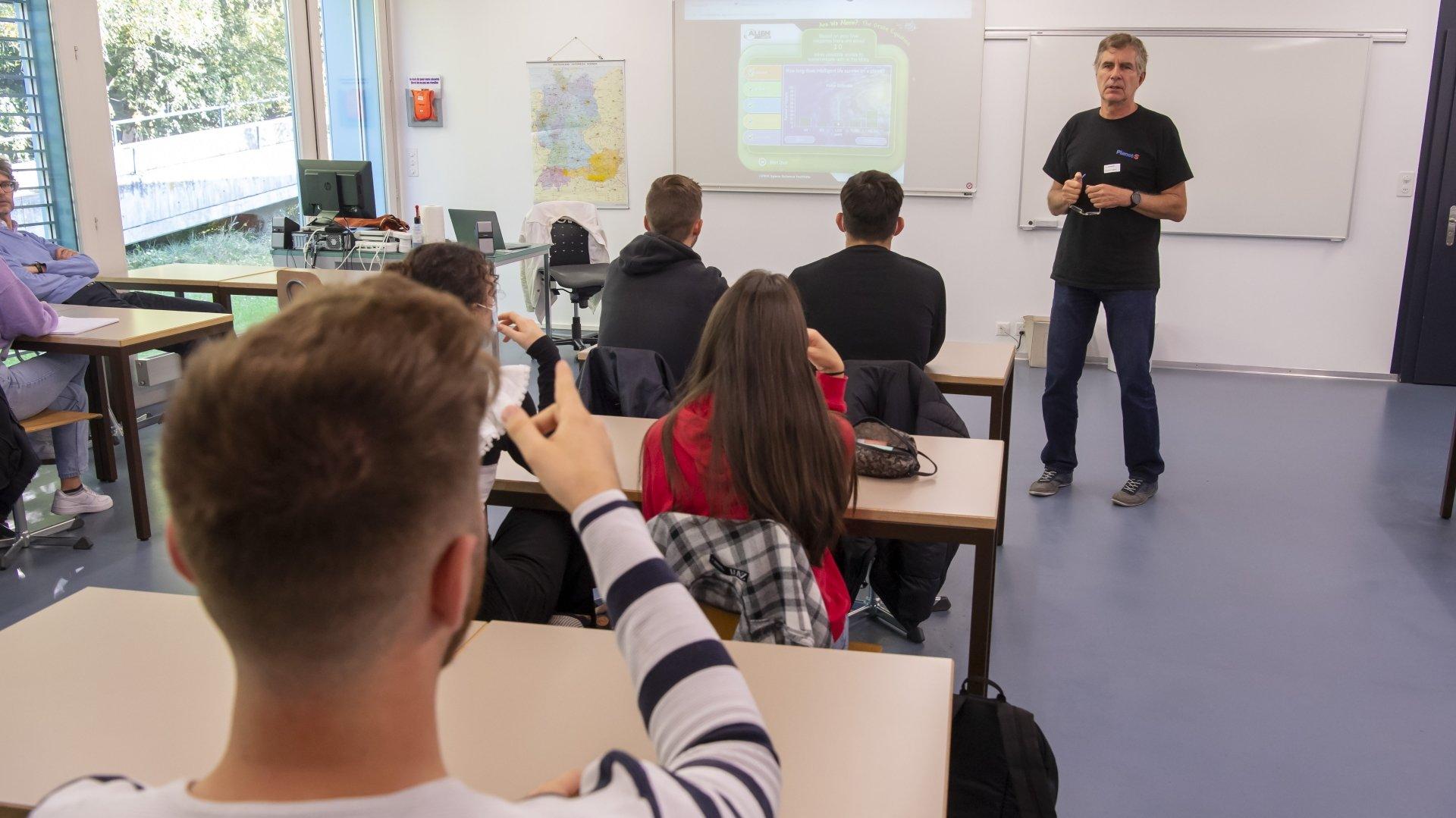 L'astronome Pierre Bratschi a présenté aux étudiants les approches scientifiques visant à déterminer l'existence, ou non, d'une vie extraterrestre.