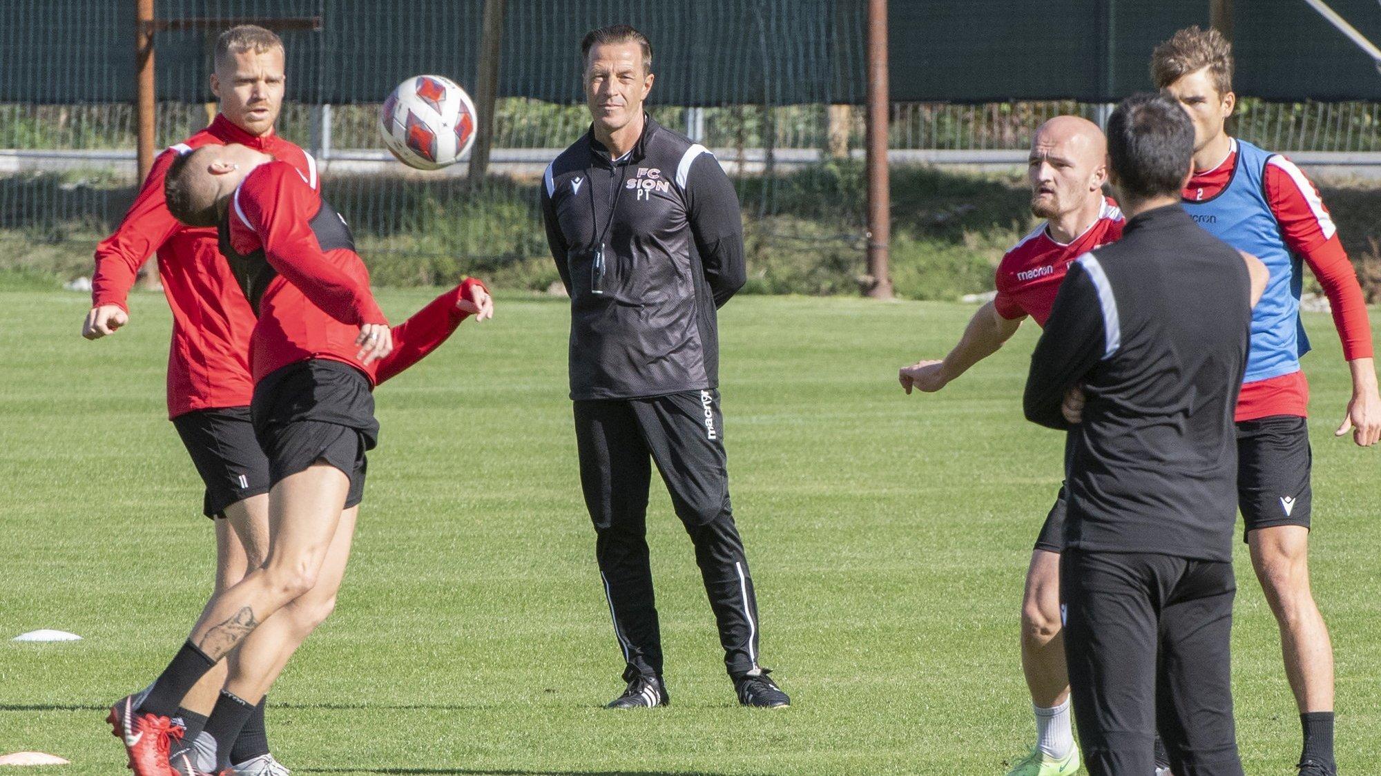Paolo Tramezzani observe les joueurs du FC Sion lors de son premier entraînement avec l'équipe valaisanne lundi.
