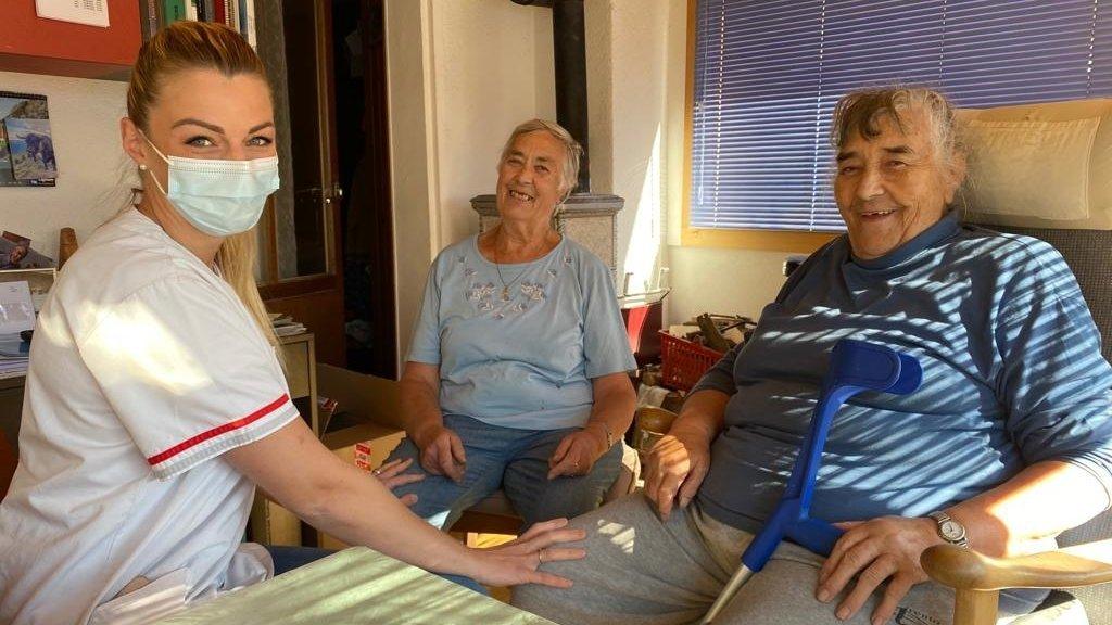Le maintien à domicile, avec des soins assurés par des infirmières, assistantes et auxiliaires diplômées, est la principale mission du CMS Entremont.