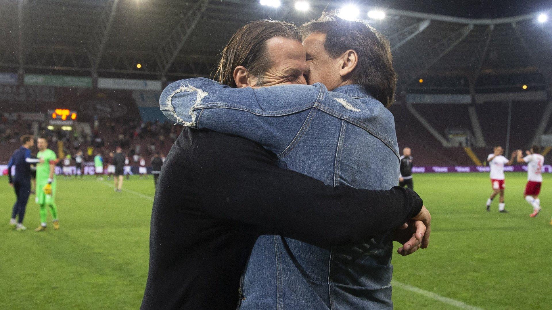 Paolo Tramezzani et Christian Constantin se congratulent après la victoire du FC Sion contre le Servette FC au stade de Genève le 3 août 2020 qui assure le maintien du club valaisan en Super League.