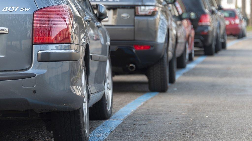 La population suisse s'oppose plus fortement que les leaders d'opinions à la diminution du nombre de places de stationnement dans les villes.