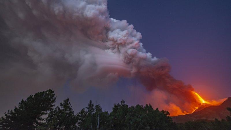 Fontaines de lave, nuage de fumée et pluie de cendres: l'impressionnante éruption de l'Etna