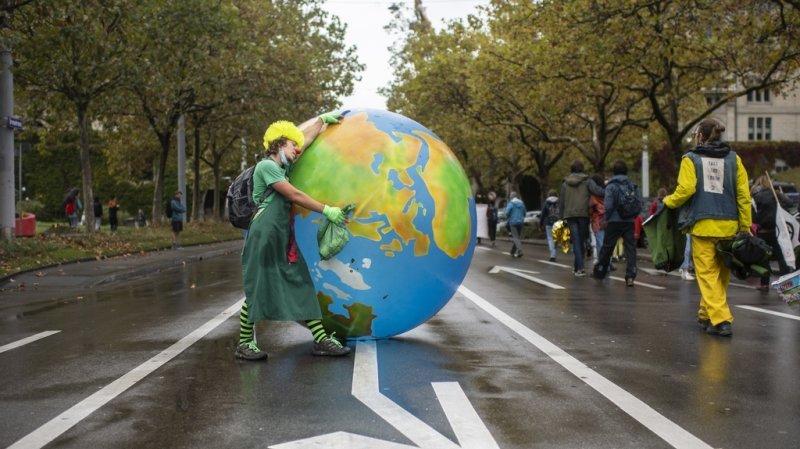 Partout dans le monde, notamment en Suisse, des manifestations en faveur de l'environnement sont organisées.