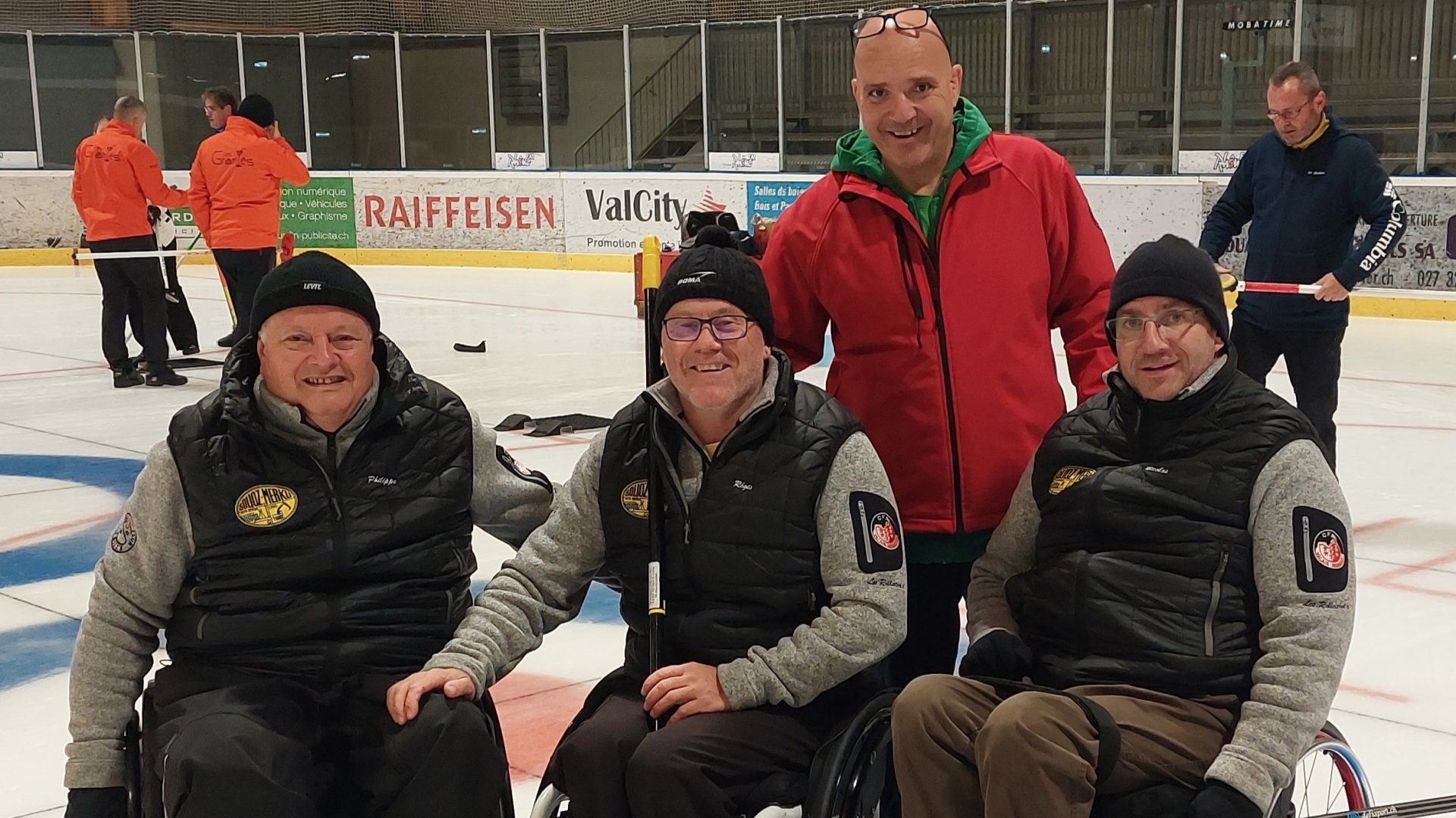 Greg Savioz, secrétaire général du Curling-Club de Sion (debout) et une partie de l'équipe des Rollators avec Philippe Moerch, Régis Dessimoz et Nicolas Arlettaz (de gauche à droite).