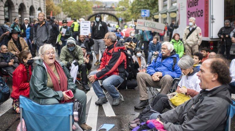 Climat: Extinction Rebellion bloque une rue  du centre de Zurich