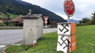 Troistorrents: des croix gammées taguées sur des caissettes à journaux