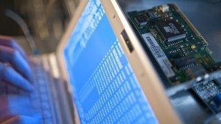Cyberattaques: comment la riposte aux piratages se prépare-t-elle au Parlement?