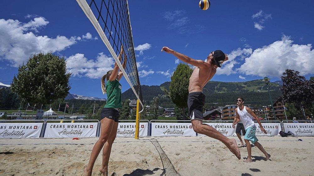 Toutes les activités estivales classiques au bord de la mer sont reproduites sur la plage montagnarde de Crans-Montana.
