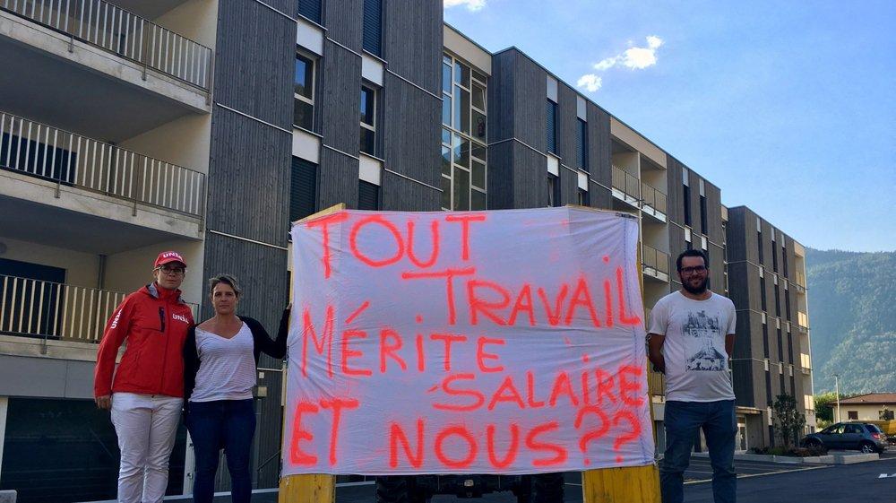 Sandra Previti, d'Unia, avec les associés de Batiko, Nathalie Joss et Nysret Kokollari, devant l'un des nombreux bâtiments d'Ecobois au chemin du Milieu à Martigny.