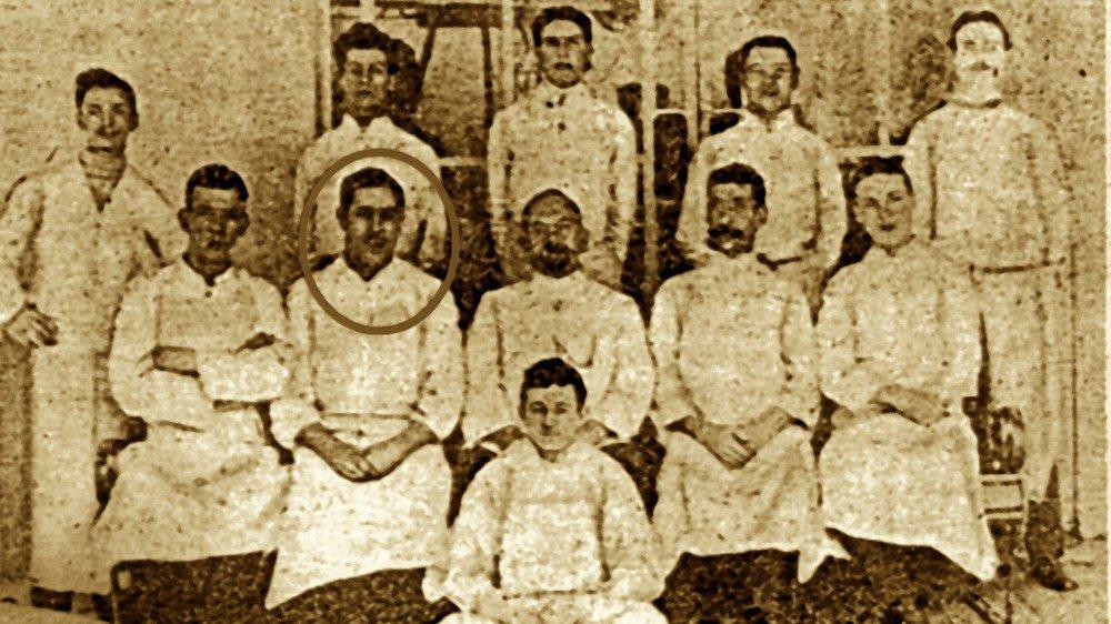 Quelques jours avant le dramatique naufrage, Alexis Bochatay pose au milieu de la brigade de cuisine du Titanic dont il était devenu le premier assistant du grand chef.