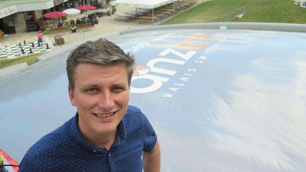 Damian Indermitte, le directeur d'Anzère Tourisme SA, se réjouit d'accueillir plus de clients grâce à ces offres.
