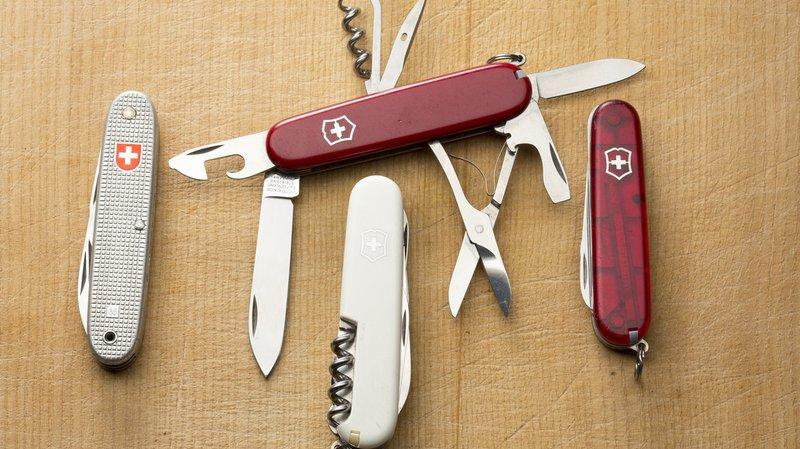 Le couteau militaire américain ressemble à celui de l'armée suisse, à gauche sur la photo. Mais ce sont les couteaux civils qui font vivre Victorinox.