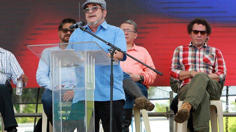Le dirigeant suprême des FARC (en bleu) serait dans un état stable.