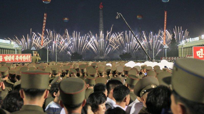 """""""Nous célébrons avec enthousiasme le lancement réussi du missile balistique intercontinental, plus grande réalisation de l'histoire de notre république"""", pouvait-on lire sur une banderole suspendue sur la place Kim Il-Sung."""