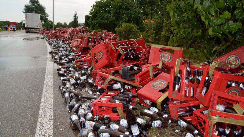 Allemagne: un camion perd sa cargaison de bière sur la chaussée