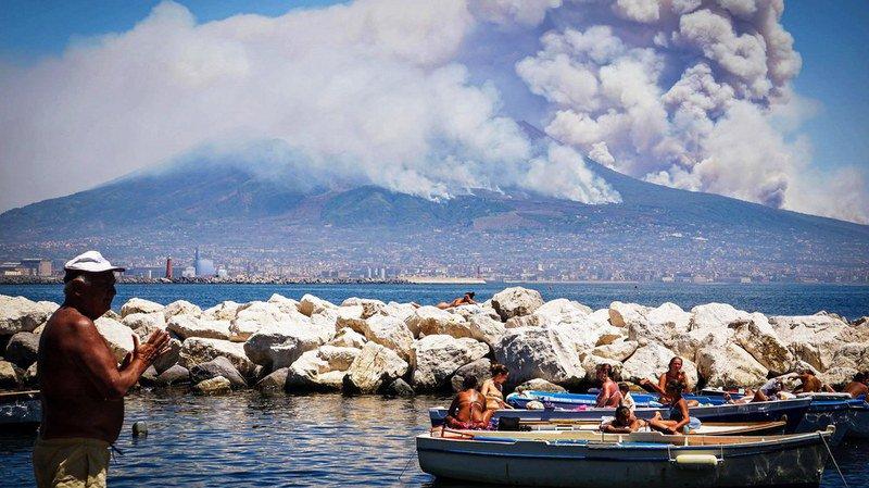 Italie: les pentes du Vésuve sous surveillance après de multiples incendies
