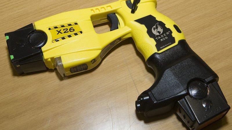 Un jeune couple du Missouri est soupçonné d'avoir utilisé un pistolet paralysant sur ses enfants, âgés de un et deux ans.