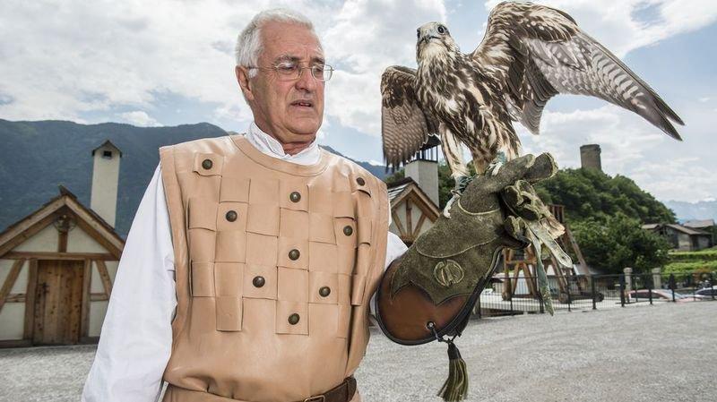 Le fauconnier Charly Broccard présentera le faucon sacre Gilou, le dernier-né des volières de Saillon.
