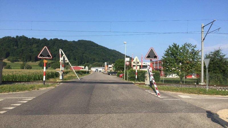 Fribourg: aveuglée par le soleil, elle défonce le passage à niveau de Sugiez