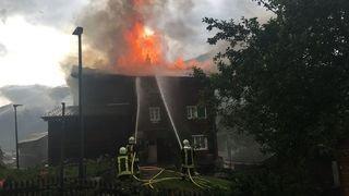 Maison frappée par la foudre à Biel (VS): un pompier blessé