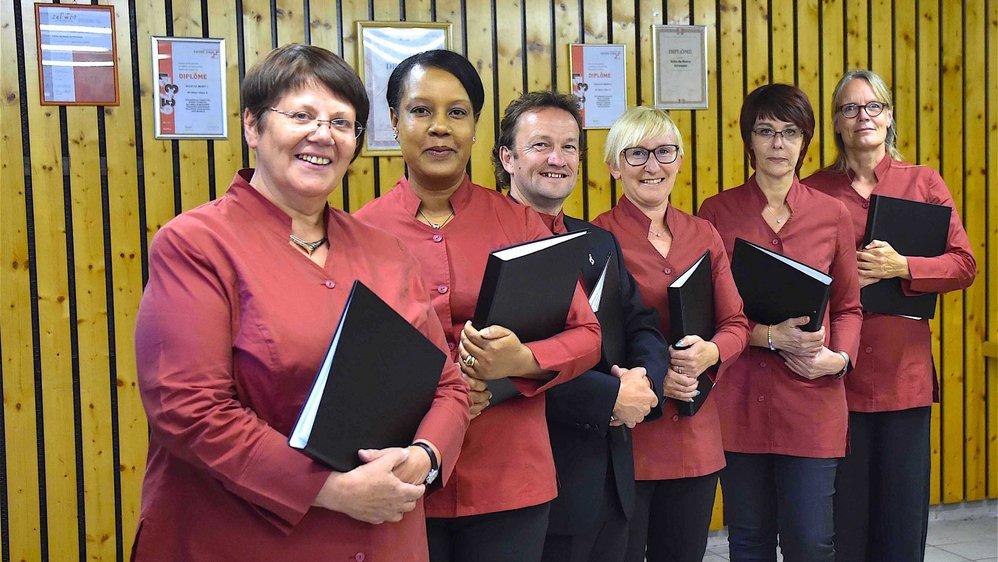 De gauche à droite, Marie-Astric Mambré, Mickäéline Quinio, Dave William, Monica Hor, Dominique Moitry et Miriam Fehling sont tous de nationalité différente. Ils illustrent le mélange des cultures qui caractérise l'Echo de Moiry de Grimentz.