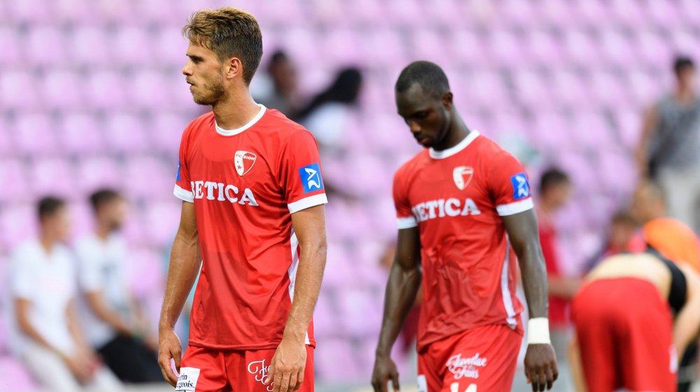 Paulo Ricardo et Moussa Konaté, le seul buteur valaisan sur les deux matchs, quittent le stade de Genève la tête basse.