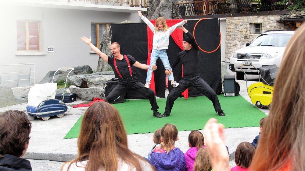 A l'exemple du Circo Duo,  qui s'est produit à deux reprises dimanche à la rue de la Poste, plusieurs spectacles et ateliers  de cirque sont programmés  dans le cadre du CultureFest'17  de Verbier.