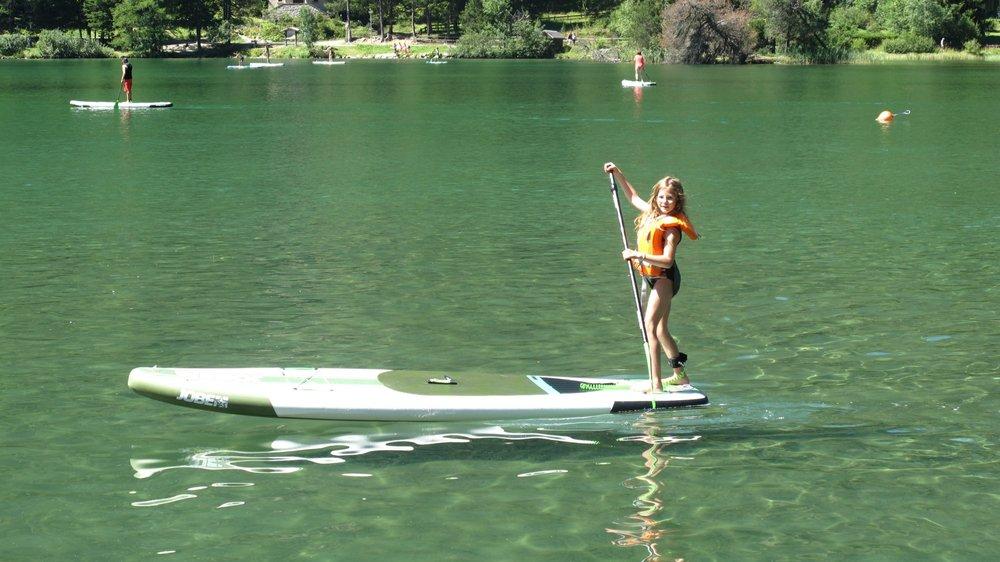 Sport fun qui connaît de plus en plus de succès, le paddle est accessible à toutes les générations.
