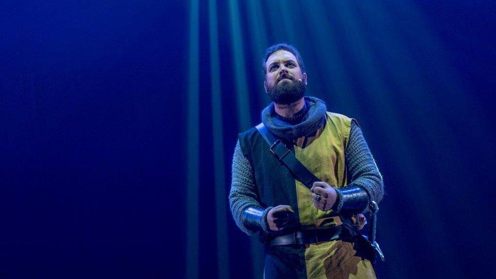 Stéphane Rudaz, qui avait joué le rôle du capitaine Gehan en Valais aura la tâche de doubler plusieurs rôles aux Folies Bergère.
