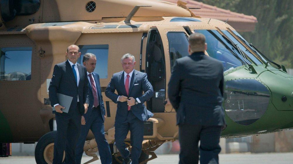 Le roi de Jordanie Abdallah II (au centre) a atterri hier à Ramallah.