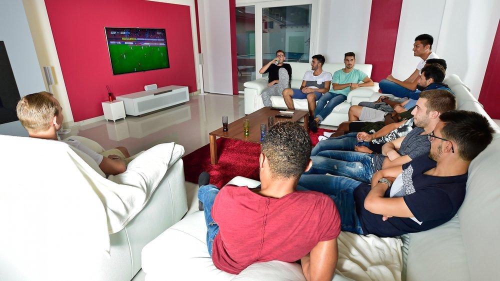 Les joueurs de Chippis suivent attentivement la partie entre le FCZ et le FC Sion. Une scène qui va durer 32 minutes...