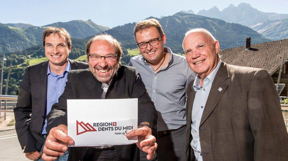 Ismaël Perrin (président de Val-d'Illiez), Fabrice Donnet-Monay (Troistorrents)  et Luc Fellay (Champéry) entourent Raymond Carrupt, nouveau président  de Région Dents du Midi SA.