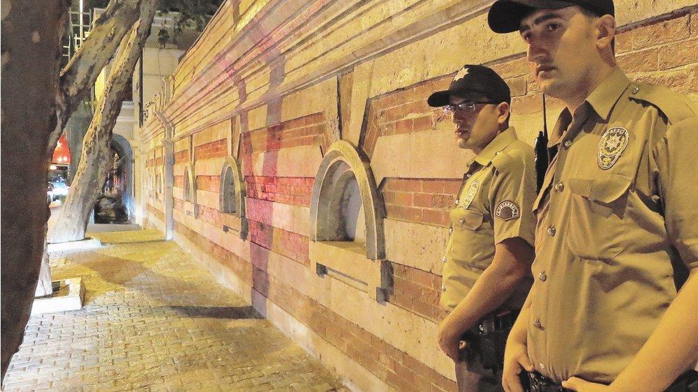Organisés par quartiers et en binômes, les Bekçi font leurs patrouilles à pied de 22 heures à 6 heures du matin et sont, pour la plupart, équipés de menottes et de pistolets.