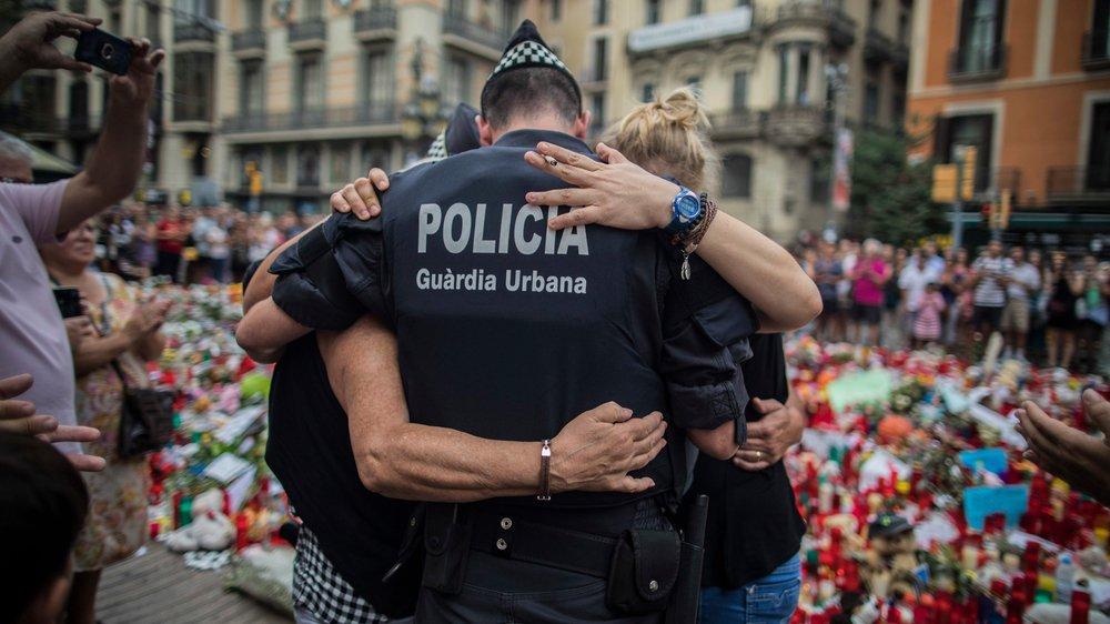 Recueillement, lundi, sur les Ramblas de Barcelone suite à l'attaque à la fourgonnette de jeudi dernier.