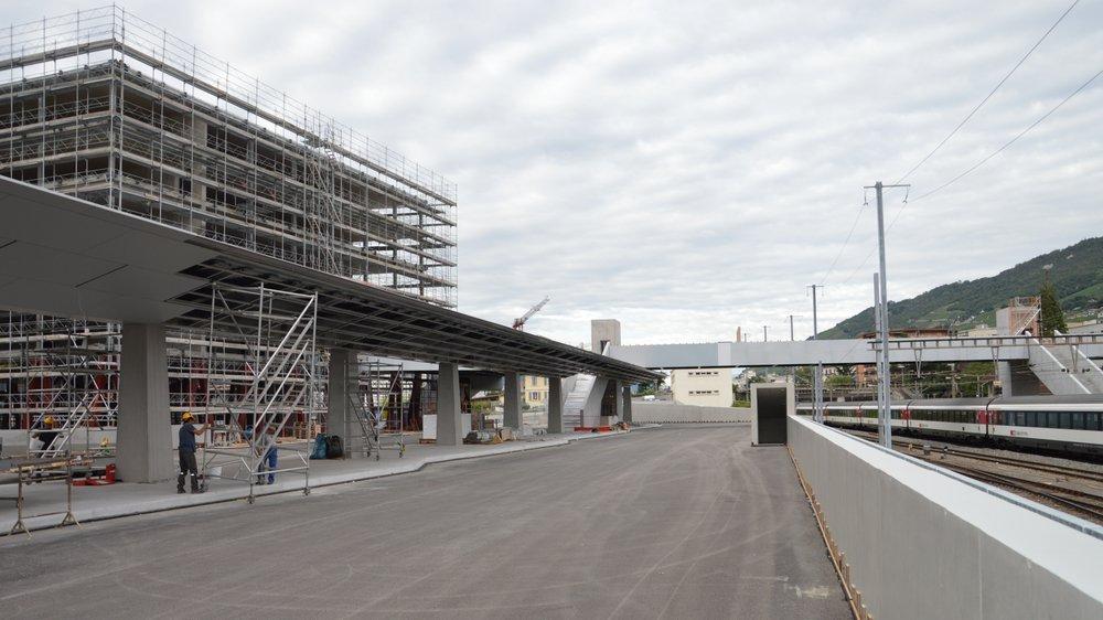 La gare routière et la passerelle qui traverse les voies CFF devraient être utilisables dès le mois d'octobre.