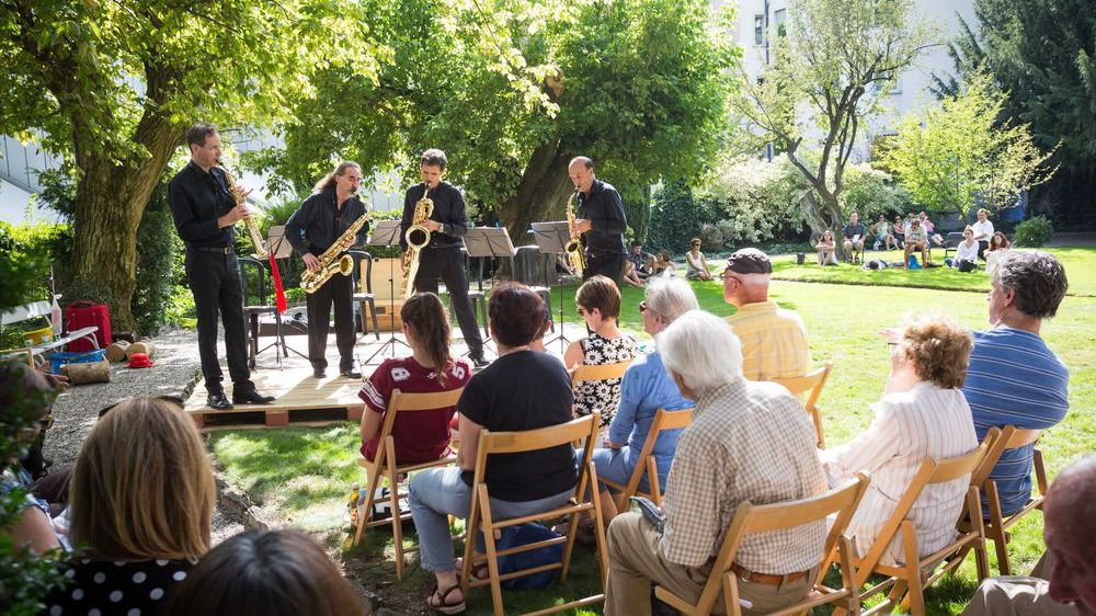 Le public est venu en nombre samedi en ville de Sion. Ici pour apprécier le quatuor de saxophones Semi Breve aux jardins de la Préfecture.