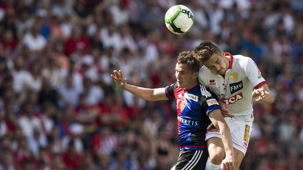 Grégory Karlen et Taulent Xhaka se livrent un duel aérien engagé lors de la finale de la Coupe de Suisse le 25 mai à Genève.