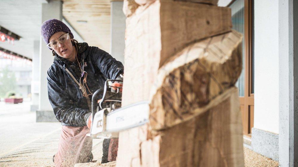 Claire-Alexie Turcot est l'une des deux femmes présentes au symposium de sculpture sur bois cette semaine à Thyon.